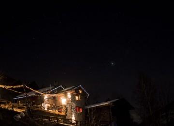 PB273133Stefano-Macchetta-Sopralluogo-serale-al-rifugio-Dahu-de-Sabarnui.-Foto-notturne-e-con-luna-e-stelle-per-promozione-passeggiata-serale-960x540